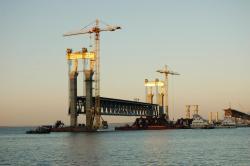 Строительство мостового перехода через р.Волгу в г.Ульяновске. Монтаж металлического пролетного строения.
